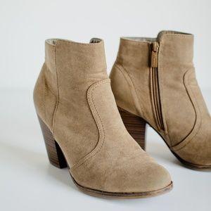 Breckelle's Women's Suede Round Toe Chunky Heel